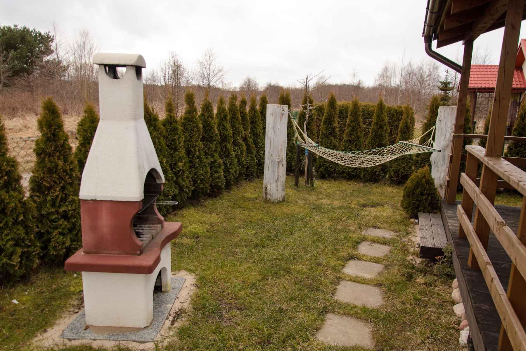 Betonowy grill oraz hamak przy każdym domku