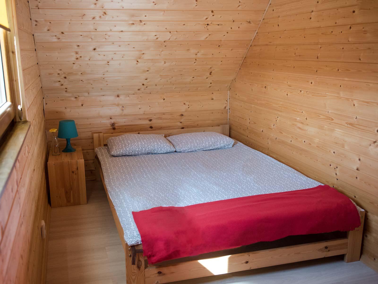 Sypialnia z łóżkiem podwójnym na poddaszu