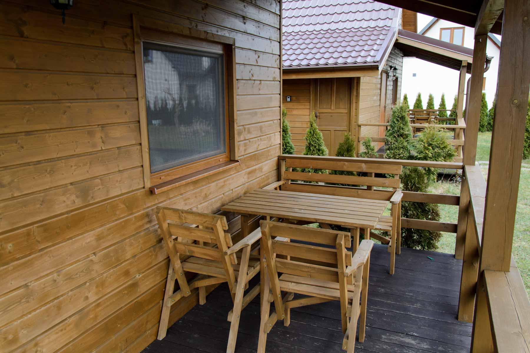 Każdy domek z tarasem oraz meblami ogrodowymi