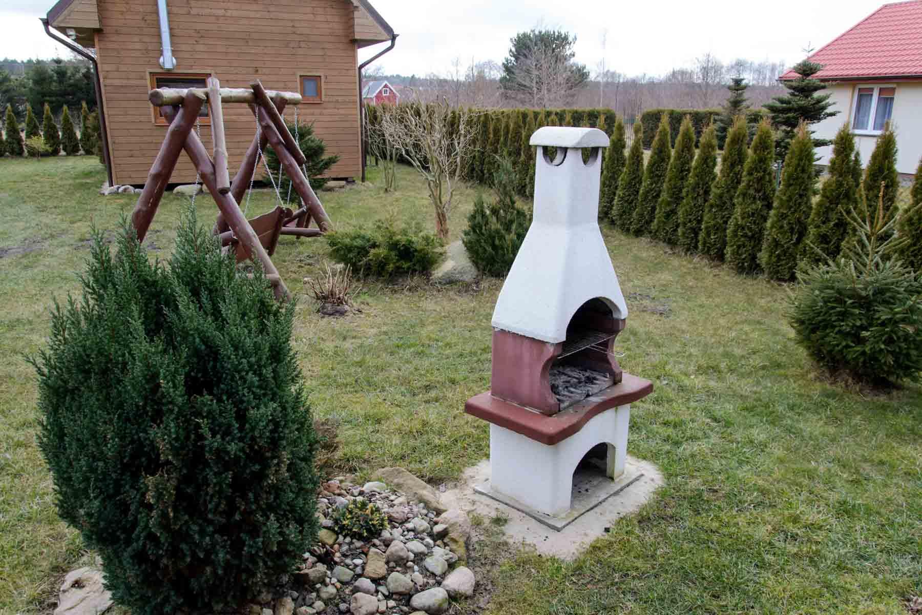 Betonowy grill oraz ławka bujana
