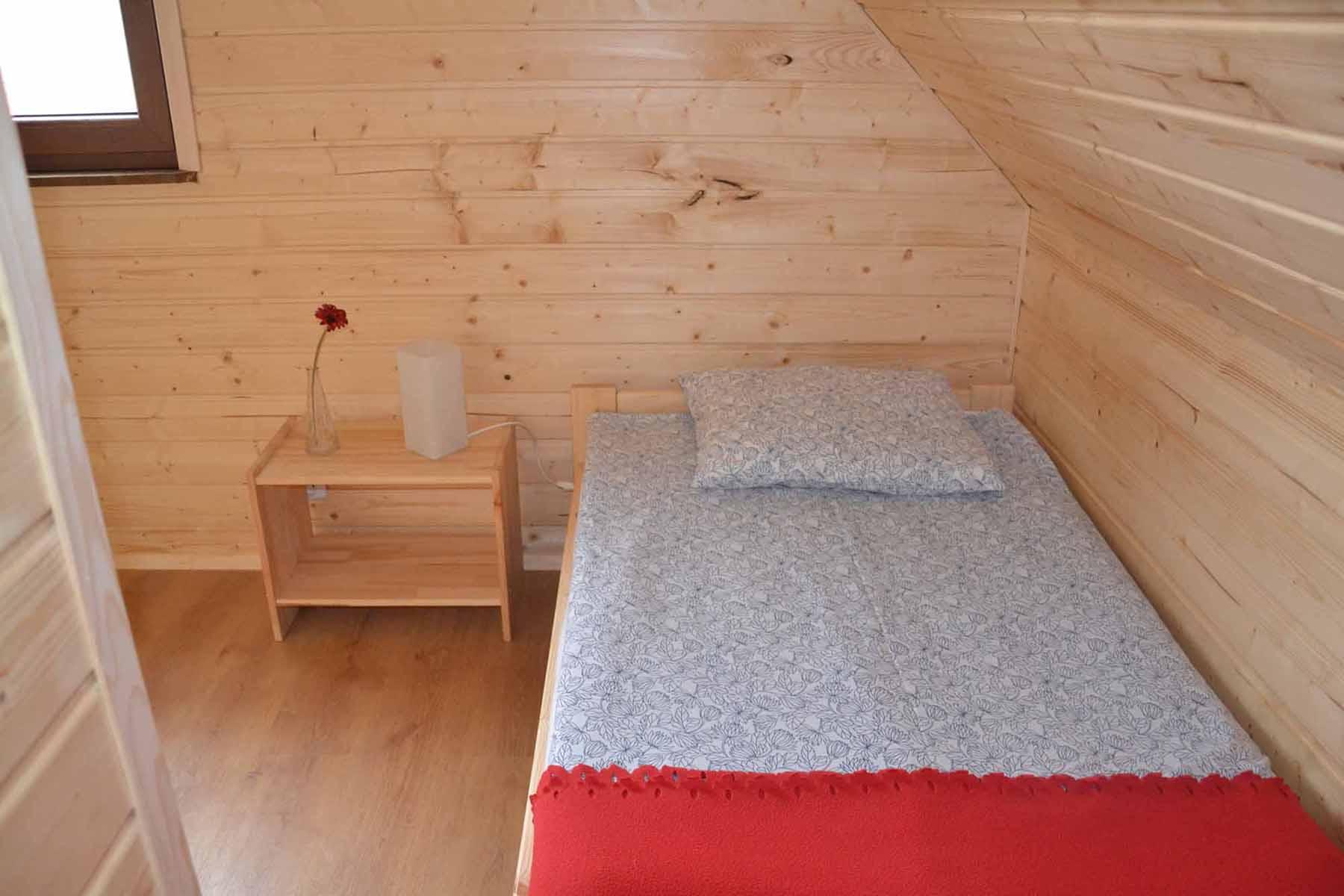 Sypialnia na poddaszu z dwoma łóżkami pojedynczymi