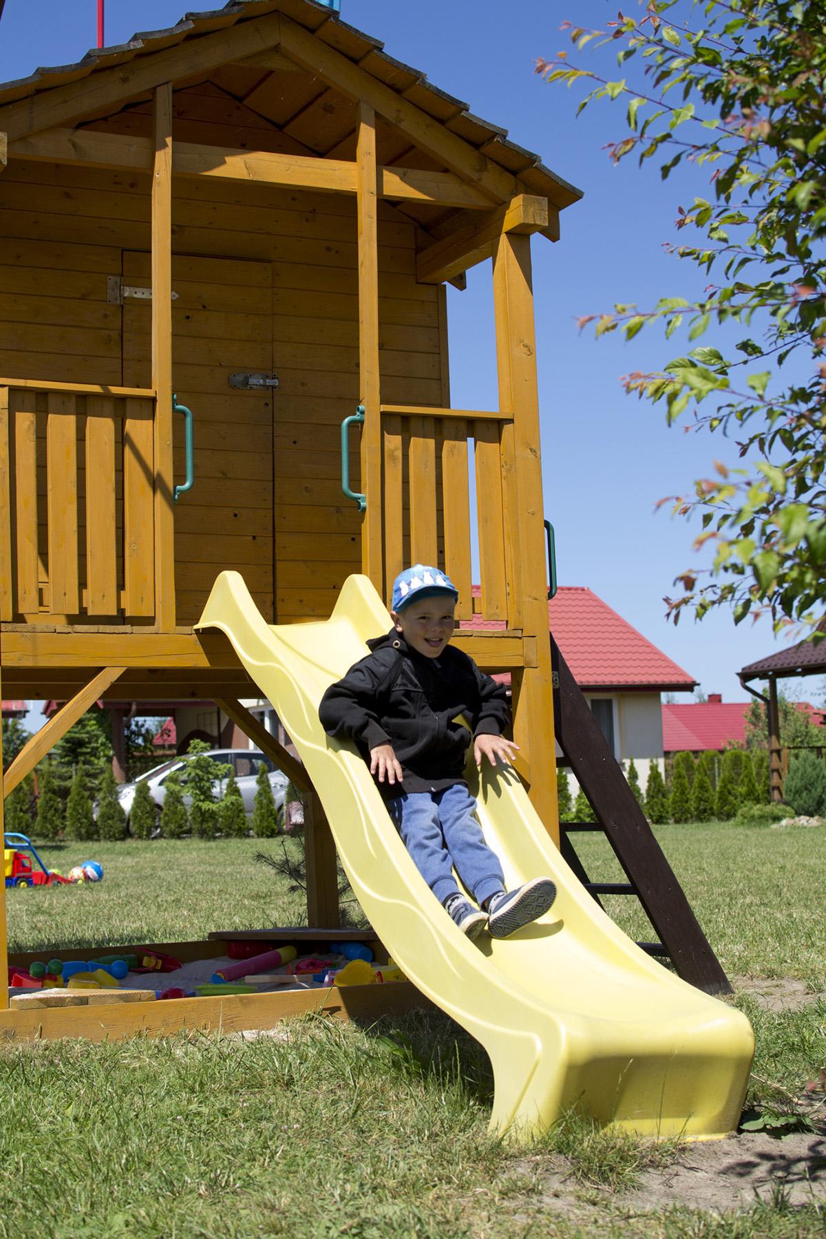 Domek dla dzieci na placu zabaw